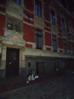 Bollen groeten de mannen van de herinneringsplaat in Leer op 25 april 2013