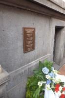 Herinneringsplaat aan het Stadhuis van Leer voor de vijf Groningers die op 25 april 1945 zijn geexecuteerd.